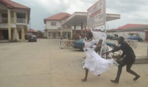 bride-abandoned-her-husband-on-the-alter-after-seeing-her-ex-boyfriend-at-her-wedding-reception-photos-4