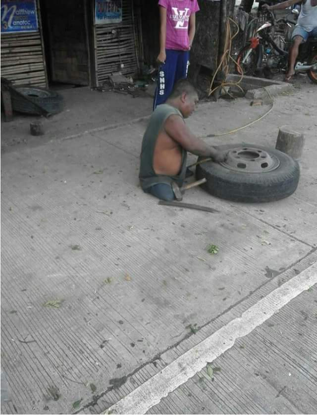 heart-melting-photos-of-a-man-without-legs-who-works-as-a-vulcanizer-1