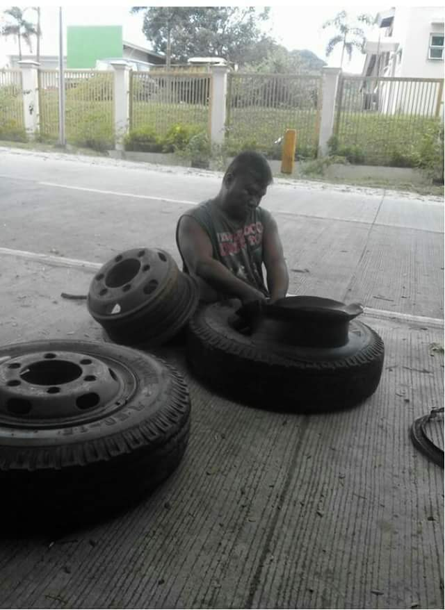 heart-melting-photos-of-a-man-without-legs-who-works-as-a-vulcanizer-2