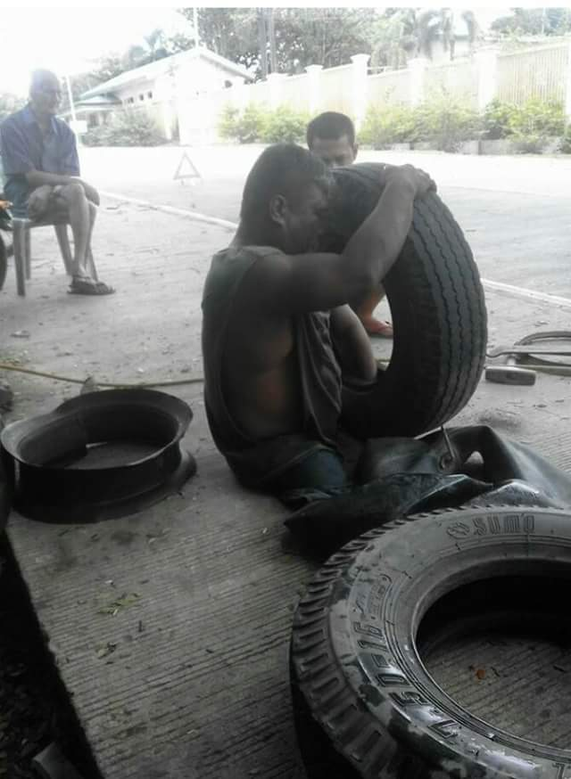 heart-melting-photos-of-a-man-without-legs-who-works-as-a-vulcanizer-3