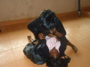 two-female-bankers-fight-over-rich-customer-3